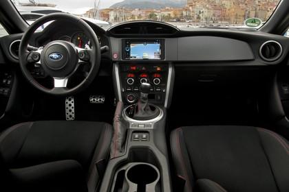 Subaru BRZ Innenansicht statisch Vordersitze und Armaturenbrett
