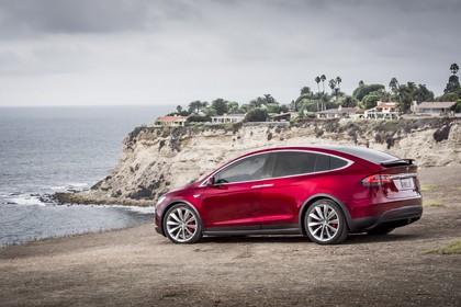 Tesla Model X Aussenansicht Seite schräg statisch rot