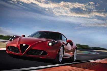 Alfa Romeo 4C Aussenansicht Front schräg dynamisch rot