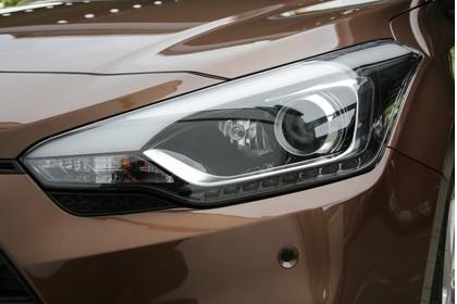 Hyundai i20 Coupe GB AussenaussichtDetail statisch braun Scheinwerfer