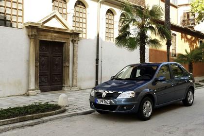 Dacia Logan Limousine Aussenansicht Front schräg statisch blau