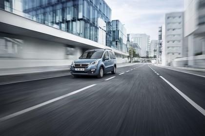 Peugeot Partner Tepee 2 Aussenansicht Front schräg dynamisch blau