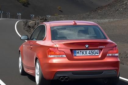 BMW 1er Coupé E82 Aussenansicht Heck schräg dynamisch rot