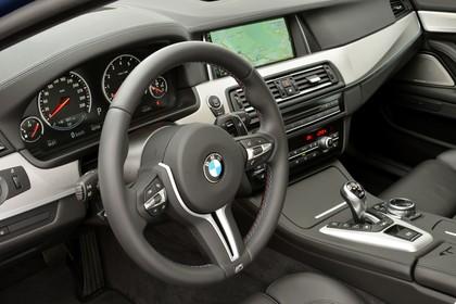 BMW M5 F10 Innenansicht Detail Armaturenbrett statisch schwarz