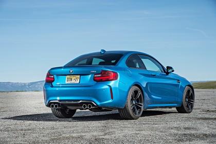 BMW 2er M2 Coupe F87Aussenansicht Heck schräg statisch blau