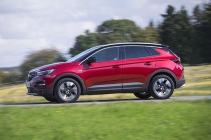 Opel Grandland X Z Aussenansicht Seite schräg dynamisch rot
