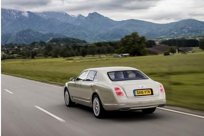 Bentley Mulsanne Aussenansicht Heck schräg dynamisch beige