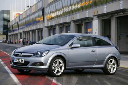 Opel Astra J GTC AussenansichtSeite schräg statisch  silber