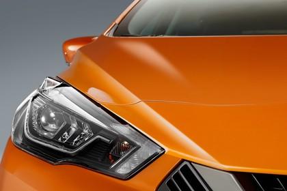 Nissan Micra K14 Aussenansicht statisch Studio Detail Scheinwerfer rechts orange