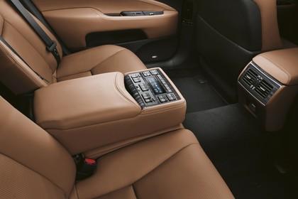 Lexus LS XF40 Innenansicht statisch Studio Detail Mittelarmlehne hinten