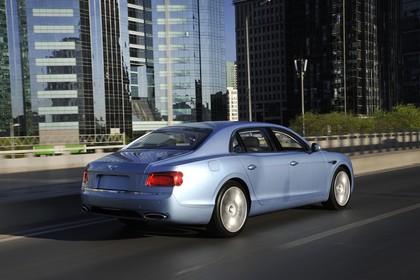 Bentley Flying Spur Aussenansicht Heck schräg dynamisch blau