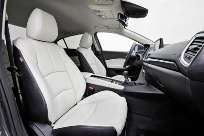 Mazda 3 BM Viertürer Innenansicht statisch Studio Vordersitze und Armaturenbrett fahrerseitig