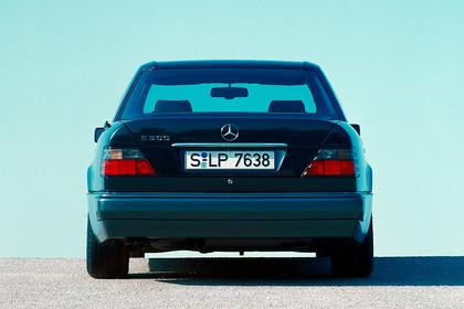 Mercedes E-Klasse Limousine W124 Aussenansicht Heck statisch schwarz