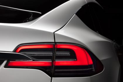 Tesla Model X Aussenansicht Heck schräg statisch Studio Detail Rückleuchte rechts