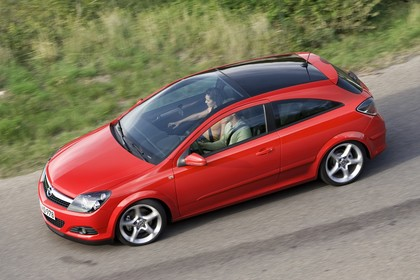 Opel Astra GTC 3Türer Aussenansicht Seite erhöht dynamisch rot