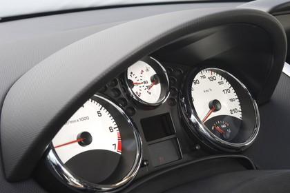 Peugeot 207 W Dreitürer Innenansicht statisch Studio Detail Tacho