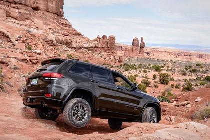 Jeep Grand Cherokee WL Aussenansicht Heck schräg dynamisch schwarz