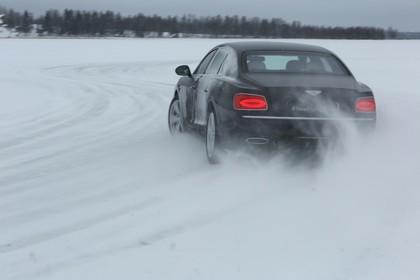 Bentley Flying Spur Aussenansicht Heck schräg dynamisch schwarz