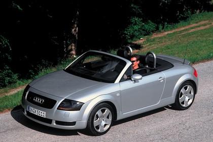 Audi TT 8N Roadster Aussenansicht Front schräg erhöht statisch silber