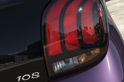 Peugeot 108 Aussenansicht Heck schräg statisch Detail Rückleuchte rechts und 108 Schriftzug