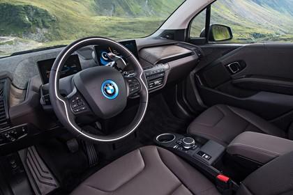 BMW i3 Innenansicht Fahrerposition statisch hellbraun
