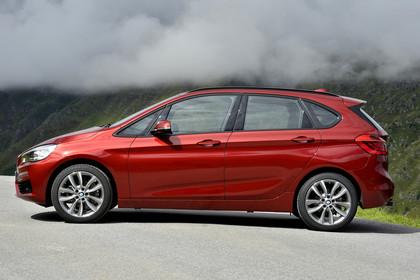 BMW 2er Active Tourer Aussenansicht Seite dynamisch rot