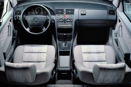 Mercedes-Benz C-Klasse Limousine W202 Innenansicht statisch Studio Vordersitze und Armaturenbrett