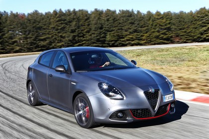 Alfa Romeo Giulietta 940 Aussenansicht Front schräg dynamisch grau