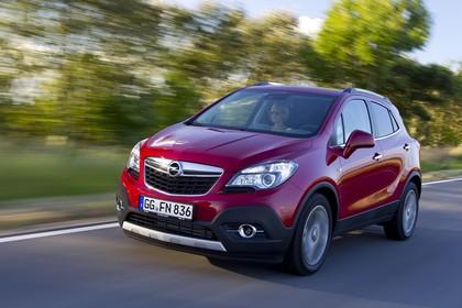 Opel Mokka J-A Aussenansicht Front schräg dynamisch rot