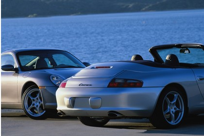 Porsche 911 (996) Cabrio und Coupe Aussenansicht  schräg statisch silber