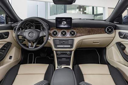 Mercedes CLA Shooting Brake X117 Innenansicht zentral statisch schwarz beige