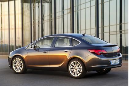 Opel Astra J Limousine Aussenansicht Seite statisch braun