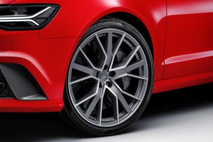 Audi RS6 Avant C7 Aussenansicht Front Detail Scheinwerfer und Felge statisch rot