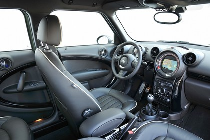 MINI Countryman R60 LCI Innenansicht statisch Studio Vordersitze und Armaturenbrett beifahrerseitig