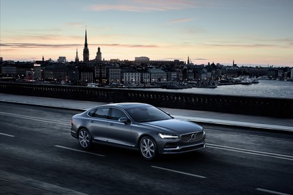 Volvo S90 Aussenansicht Seite schräg erhöht dynamisch blau