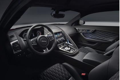 Jaguar F-Type SVR Coupé QQ6 Innenansicht statisch Studio Vordersitze und Armaturenbrett fahrerseitig