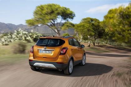 Opel Mokka X Aussenansicht Heck schräg dynamisch orange