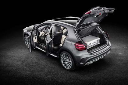 Mercedes-Benz GLA X156 Aussenansicht Heck Schräg Studio statisch Türen geöffnet grau