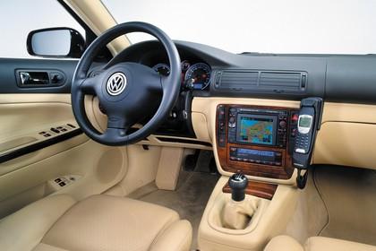 VW Passat Limousine B5 Facelift Innenansicht statisch Studio Vordersitze und Armaturenbrett beifahrerseitig