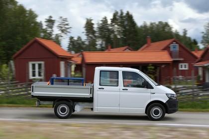 VW T6 Transporter Pritschenwagen Doppelkabine Aussenansicht Seite dynamisch weiss