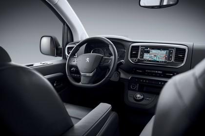 Peugeot Traveller V Innenansicht statisch Studio Vordersitze und Armaturenbrett beifahrerseitig