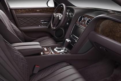 Bentley Flying Spur Innenansicht statisch Studio Vordersitze und Armaturenbrett beifahrerseitig