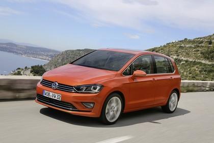 VW Golf Sportsvan Aussenansicht Front schräg dynamisch orange