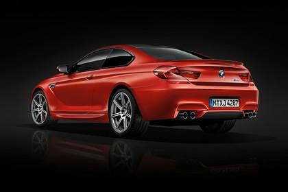 BMW M6 Coupé F13 Aussenansicht Heck schräg statisch Studio rot