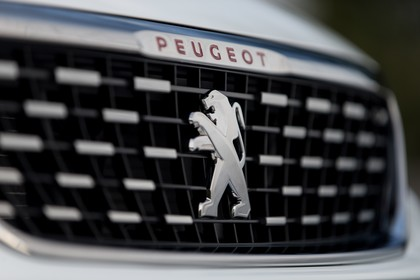 Peugeot 308 T9 Aussenansicht Front schräg statisch Detail Grill weiss
