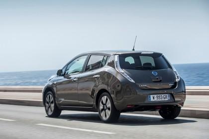 Nissan Leaf ZE0 Aussenansicht Heck schräg dynamisch braun