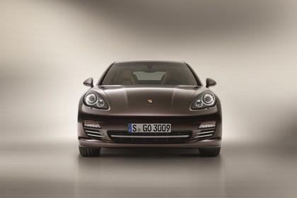 Porsche Panamera 970 Aussenansicht Front statisch Studio braun