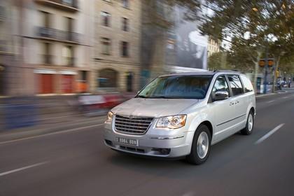 Chrysler Voyager RT Aussenansicht Front schräg dynamisch silber