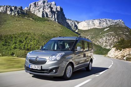 Opel Combo Tour Aussenansicht Front schräg dynamisch silber