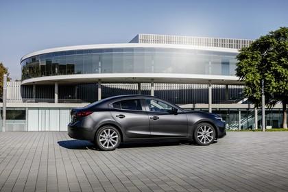 Mazda 3 BM Viertürer Aussenansicht Seite schräg statisch grau